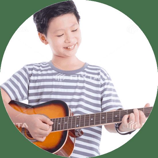 ギターを弾いている子供の写真