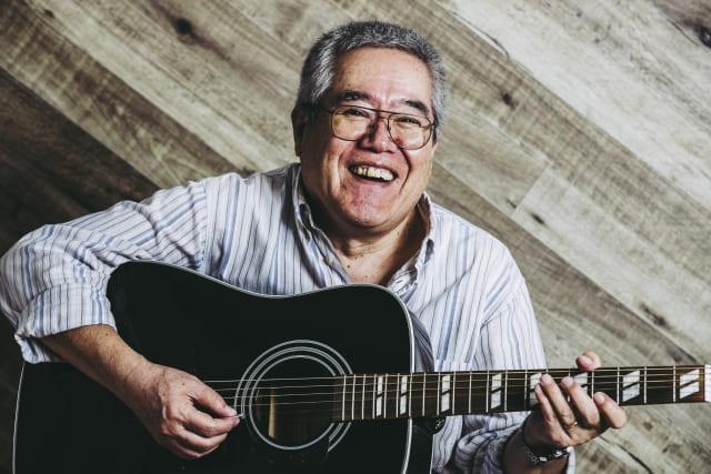 ギターを弾く男性の写真